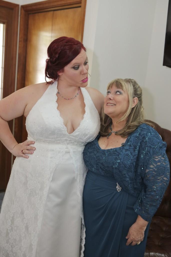 hilarious professional wedding photos  mom and daughter